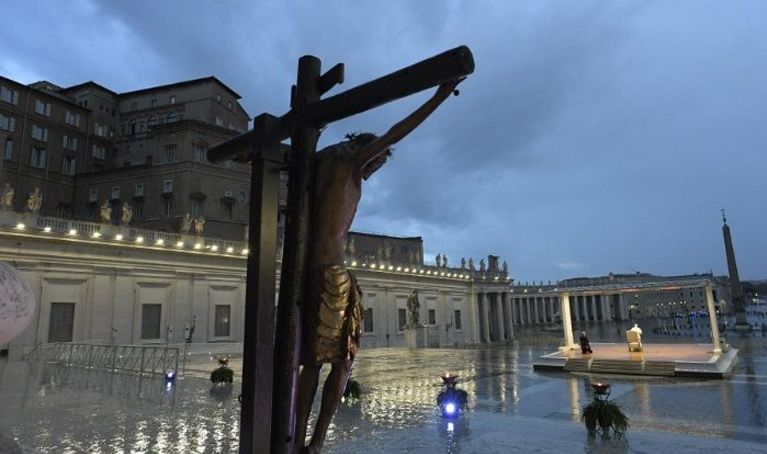 Bendición Urbi et Orbi. Papa Francisco: La oración es nuestra arma vencedora.