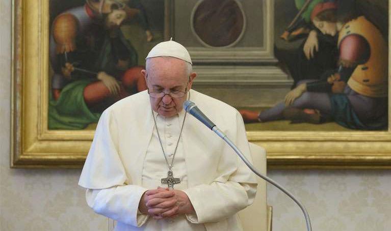 El Papa anima a redescubrir en mayo la belleza de rezar el Rosario en familia.